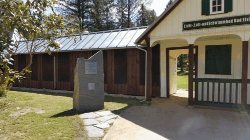 Eingang mit Spendenstein