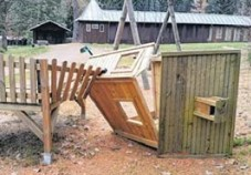 Zerstörtes Spielhaus